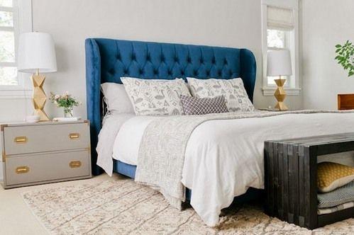 ліжко з синім узголів`ям