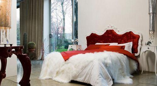 червона ліжко в інтер`єрі