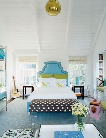 ліжко з блакитним узголів`ям
