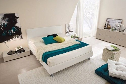 ліжко білого кольору в світлій спальні