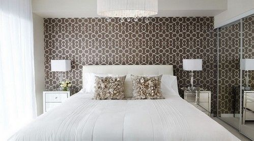 біло-коричнева спальня
