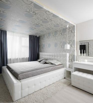 спальня з білою ліжком