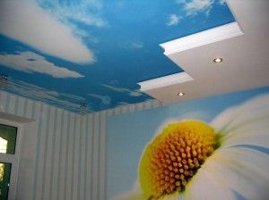 небо з хмарами на стелі
