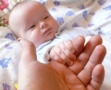 Як підстригти нігті новонародженому?