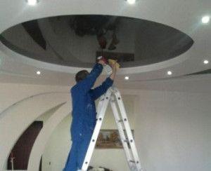чистка натяжної стелі