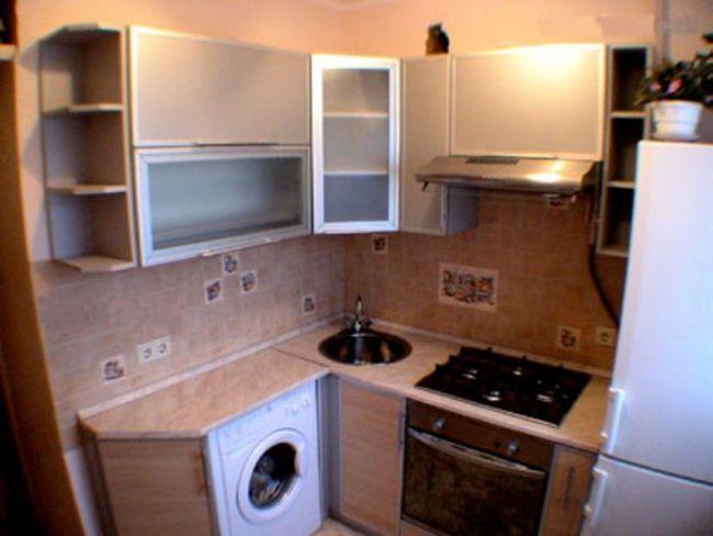 Маленька кухня з вбудованою пральною машинкою