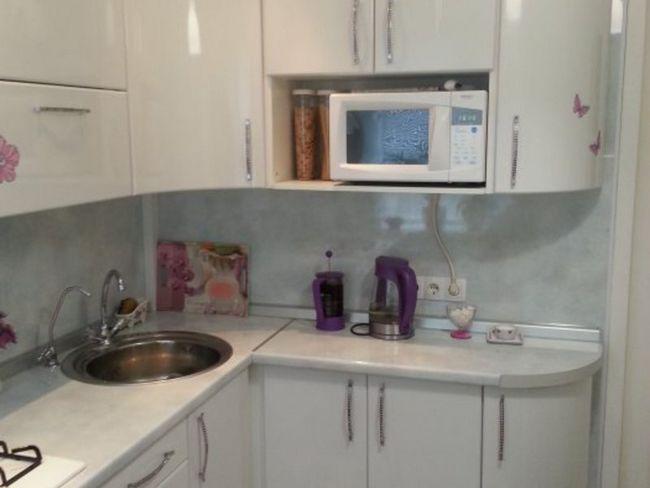 Дизайн білої кутовий кухні в хрущовці