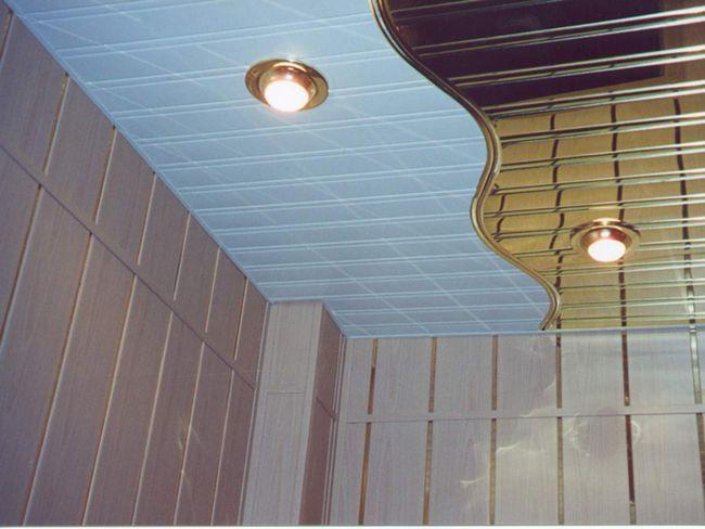 Стеля у ванній в двох кольорах