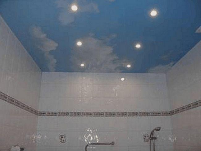 Стеля у ванній у вигляді неба