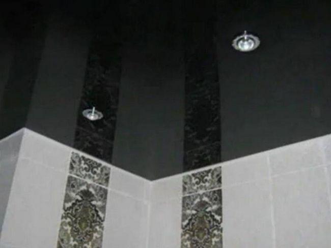 Чорний дзеркальна стеля в ванній
