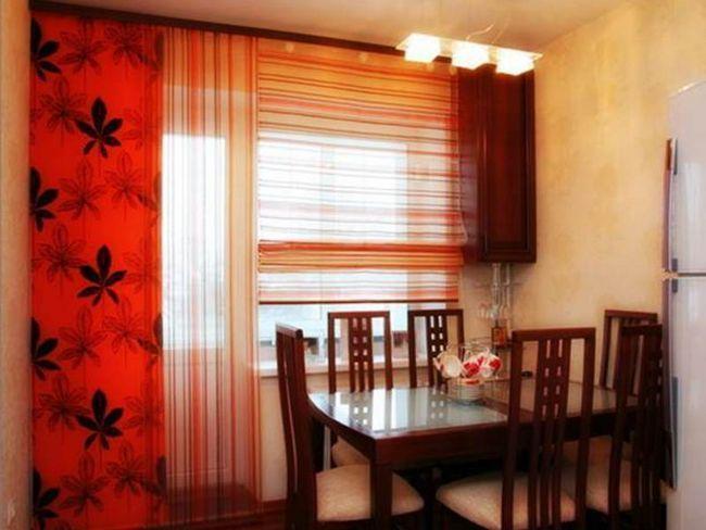 Кухонне вікно з римської шторою