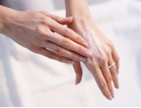 Як доглядати за сухою шкірою рук?