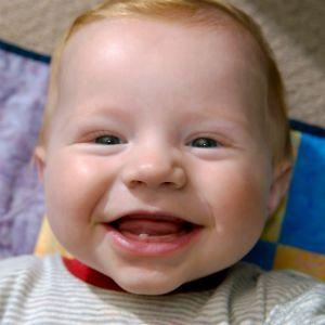 Коли прорізуються перші зуби?