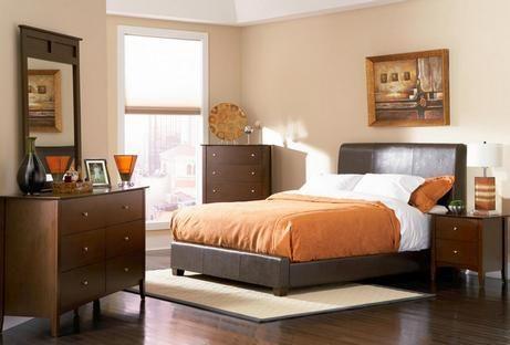 спальня зі шкіряною ліжком