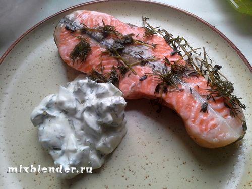 лосось приготовлений напару в мультиварці з огірковим соусом