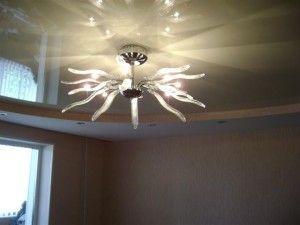 Чи можна встановити світильник на натяжна стеля