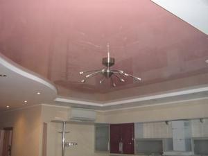 Рожевий колір стелі на кухні