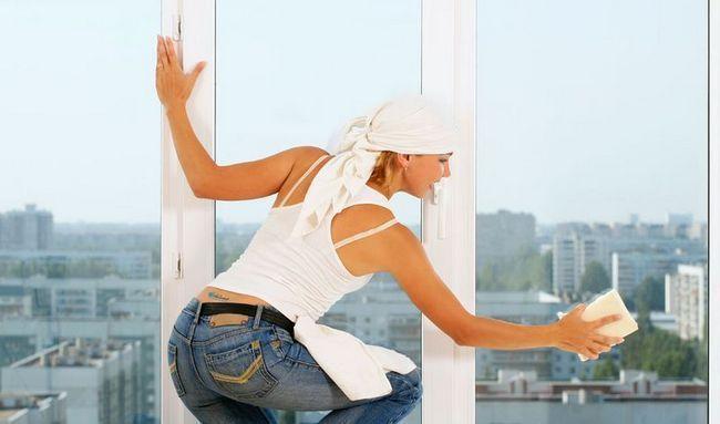 Відмиваємо вікна після ремонту