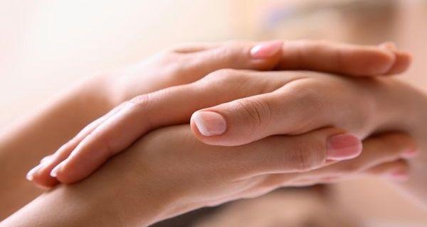 Чому нігті стають ребристими на руках?