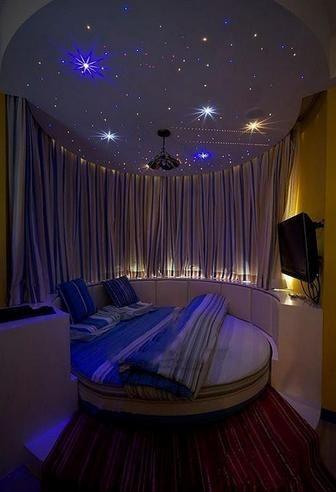 стелю зоряне небо в спальні
