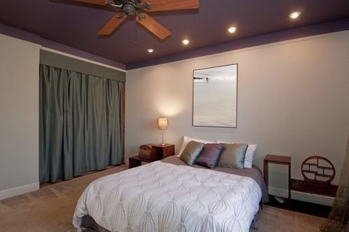 кольоровий стелю в спальні