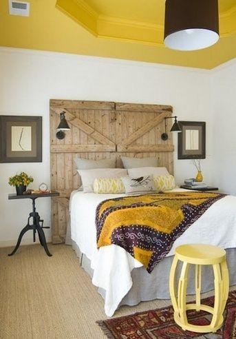 жовтий стелю в спальні