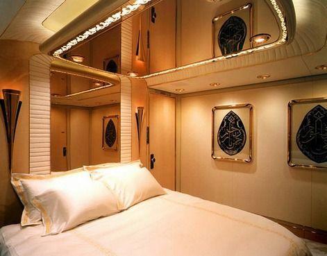 дзеркальна стеля над ліжком