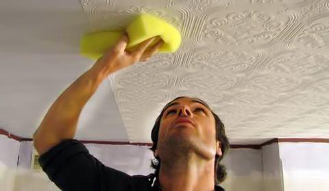 Розбираємося як клеїти шпалери на стелю