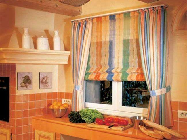 Кухонне вікно оформлено римської шторою