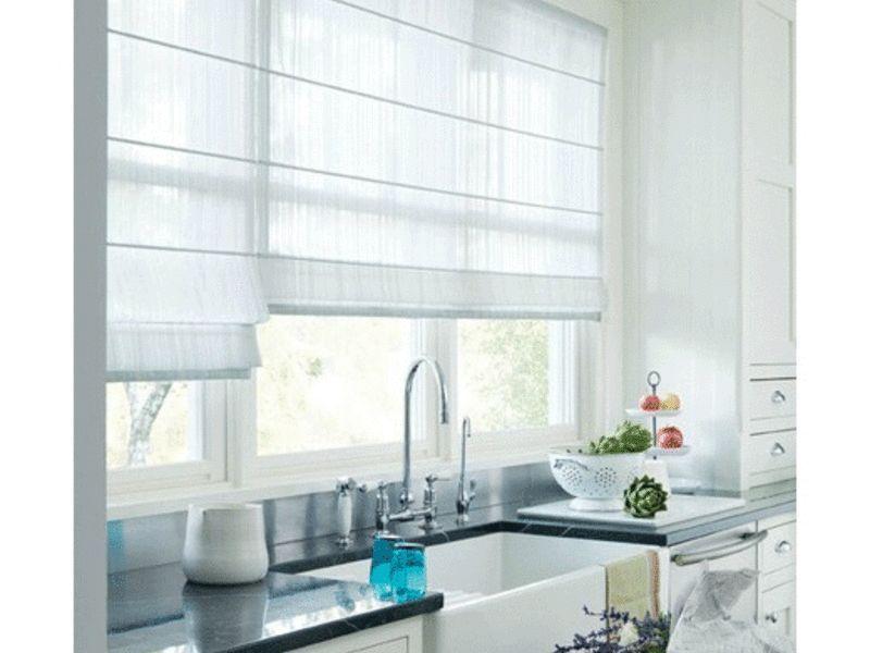 Римські штори в інтер`єрі білою кухні