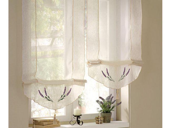 Білі римські штори в інтер`єрі кухні