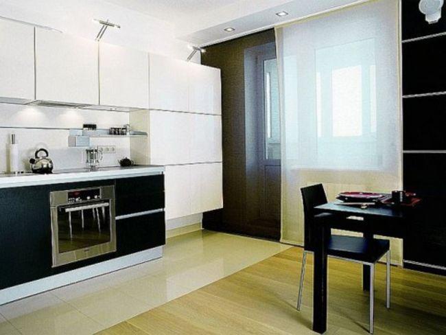 Ефектні чорно-білі панельні штори для кухні
