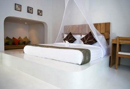 біла спальня з балдахіном